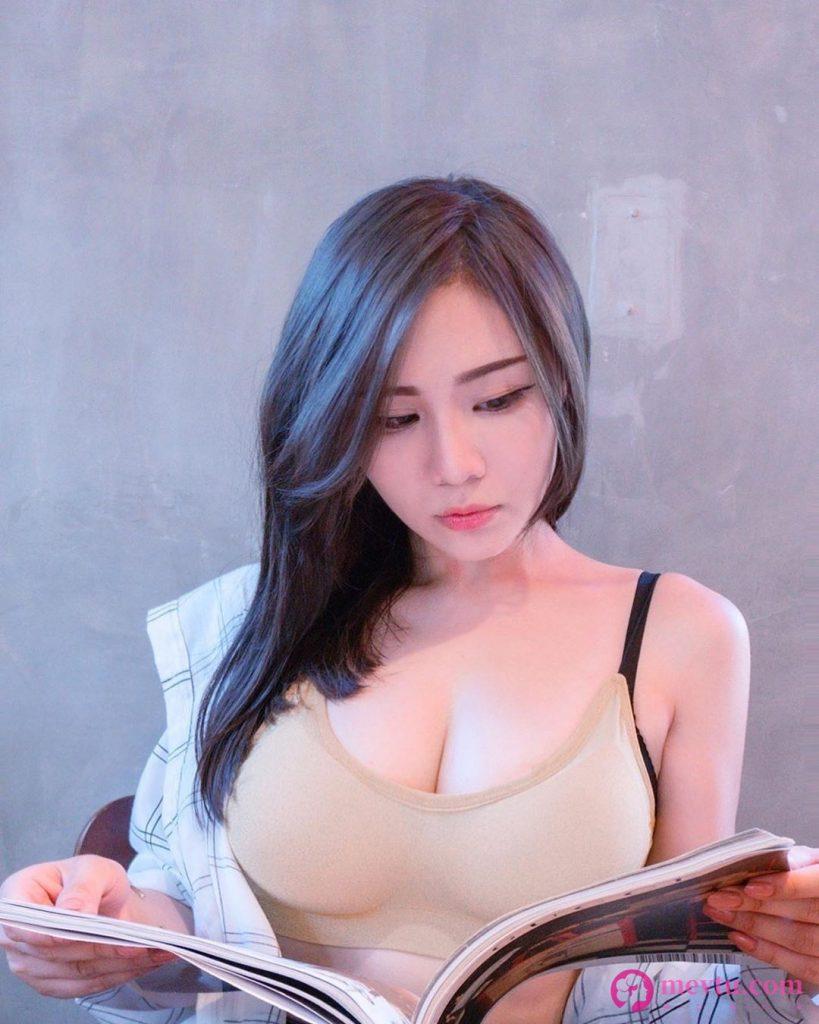E奶正妹Janie泥泥学姐用餐把胸部放桌上休息太犯规了 性感美女-第1张