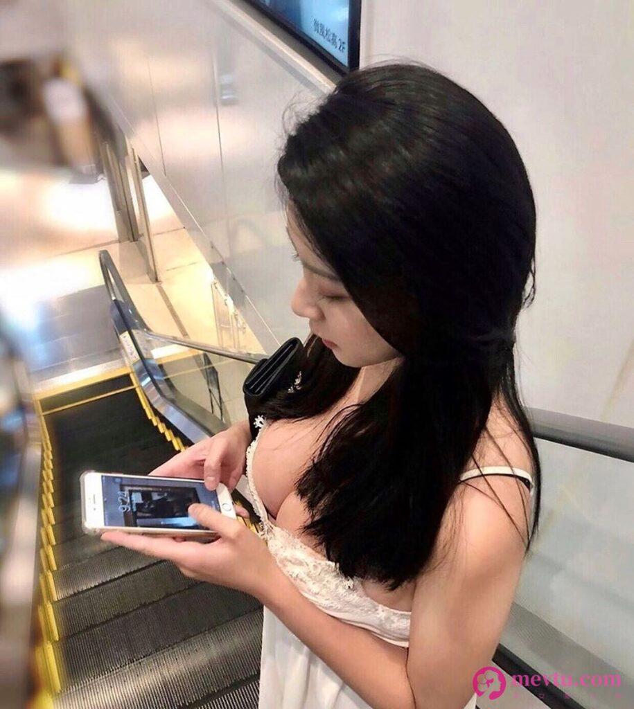 正妹Yen Chen脱掉牛仔裤露出白色丁字裤 结实蜜桃臀实在太性感了 性感美女-第1张