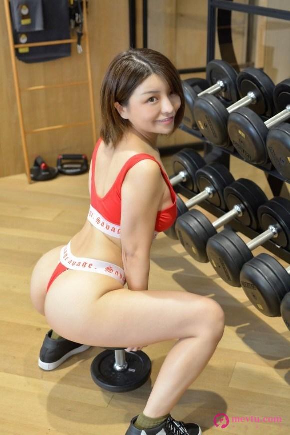一个女孩穿着运动服的受过训练的小性感身体 性感美女-第1张