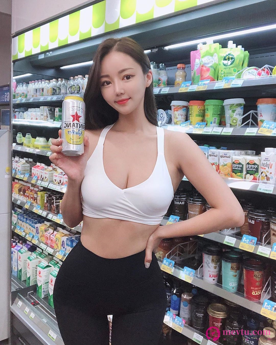 韩国正妹Ella Jang白色低胸小可爱吃泡菜锅 上衣快被撑爆身材超好 性感美女-第1张