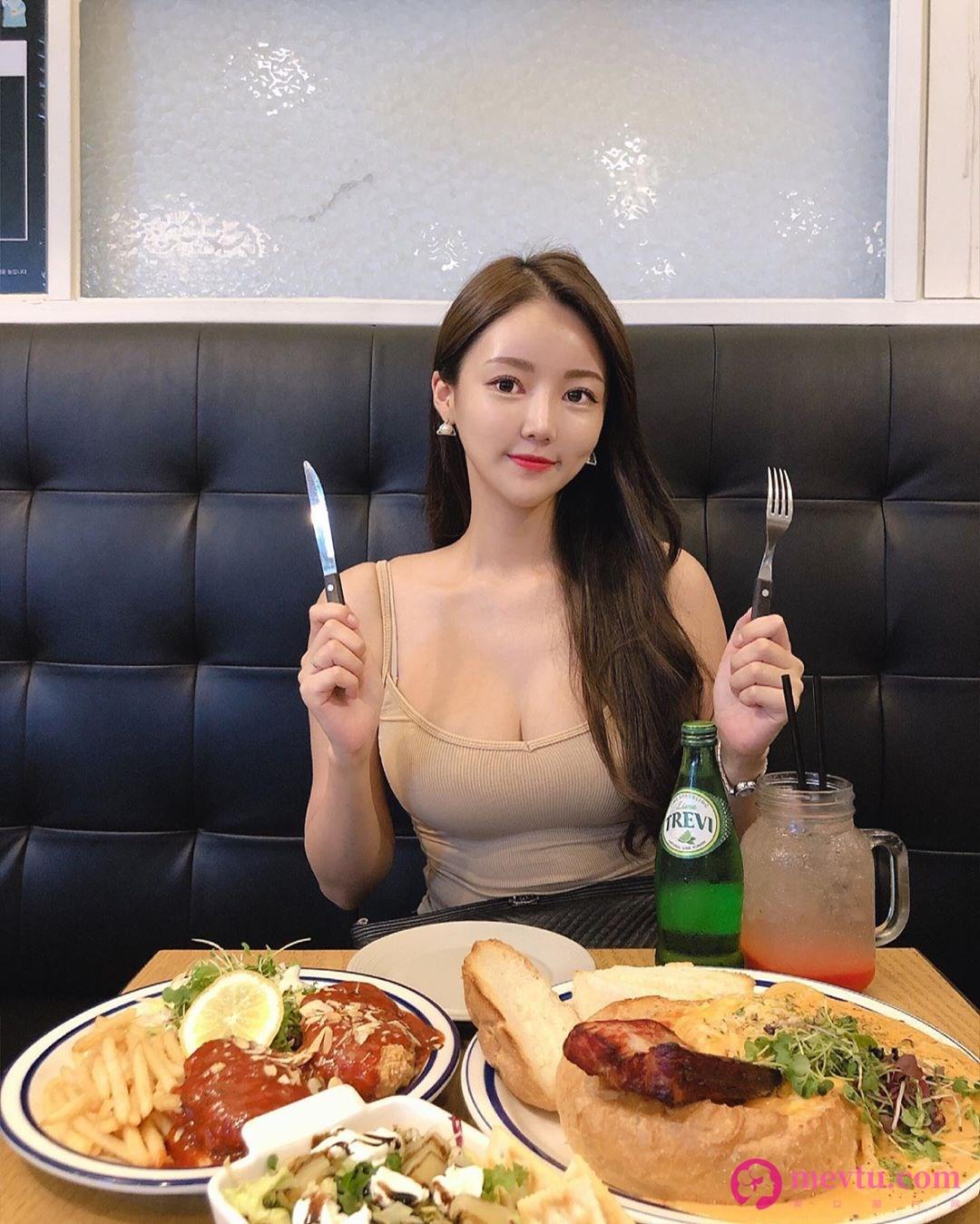 韩国正妹Ella Jang白色低胸小可爱吃泡菜锅 上衣快被撑爆身材超好 性感美女-第2张