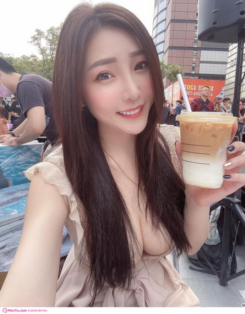 长发下暗藏乳波!吃货正妹「许薇安Vivi Hsu」丰满上围快溢出,比手上的拿铁还要重乳! 性感美女-第1张