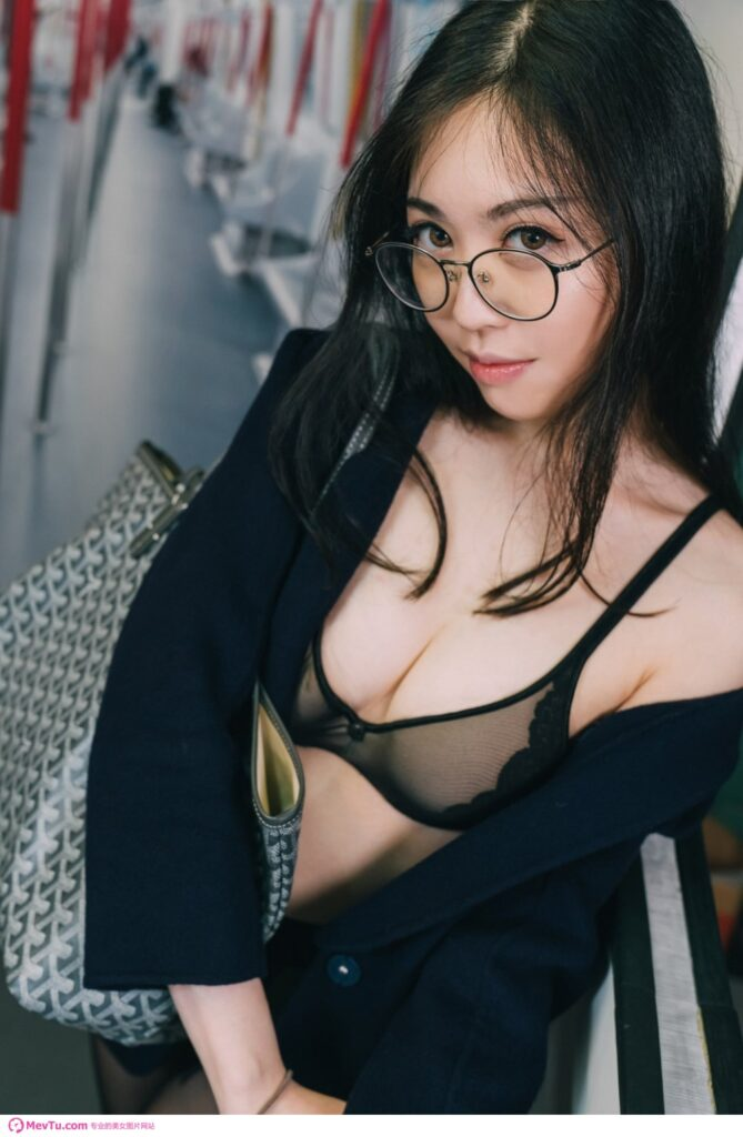 「地铁痴女」网路疯传_本尊身分揭晓…网友:别解释了!番号呢? ! 性感美女-第1张